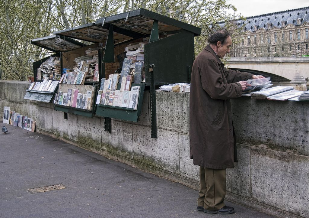 Shop with old magazines near the Seine